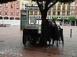 nuevo mobiliario urbano, mesas y sillas pululan por la ciudad apiladas y almacenadas a farolas e incluso a arboles es el colmo, Ejemplo en plaza mayor.