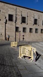 ¿Hasta cuando van a mantener las vallas de obras que han abandonado junto con los agujeros que