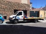 La grúa de la policía municipal aparcada en la puerta de un garaje en la calle San Juan de la Cruz en la capital...