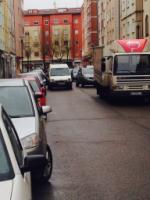 LA LEY ES PARA TODOS .Todos estos coches están en doble fila .No sólo el panadero es el interrumpe