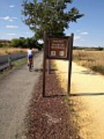 El camino de Moledores, como se puede apreciar en la fotografía, cuenta con dos zonas diferenciadas: una para los que prefieran hacerlo en bicicleta y otra para aquellos que prefieran hacerlo andando. Todos los que practican habitualmente ambas disciplinas saben que la zona de tierra es para peatones y la zona terminada en un aglomerado asfáltico es para los ciclistas. Como se puede apreciar en la fotografía, el cartel indicador se puso en su momento al revés. Rara es la vez que, cuando paso por este camino, no hay una discusión entre los peatones y los ciclistas porque, unos hacen caso del cartel indicador y, otros, se dejan llevar por la experiencia.  Sería conveniente que la Administración responsable de este camino cambiara la indicación para evitar esas disputas y, también, antes de que se produzca algún accidente que luego tengamos que lamentar.