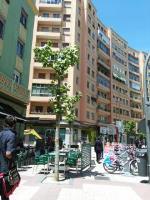 En plaza circular entre terraza y alquiler de bicicletas nos dejan sin paso. Como en el cole en fila  de uno en uno porfavor...