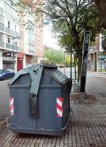 O utilizamos espacio para la Marquesina de la parada de autobús o se utiliza como punto de recogida de basuras; las dos cosas no es posible. Es en la calle Juan de Ayolas del barrio de gamonal.