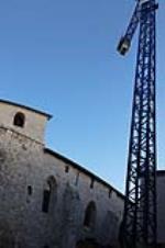 A pocos metros de la Catedral, y en la misma puerta de la Iglesia de Santa Agueda, esta grua lleva un montón de tiempo inactiva. Se utilizó para las obras de reformas del antiguo Seminario de San Jerónimo. ¿De quien es la responsabilidad de retirarla?