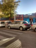 Obstaculizando entrada colegio Cristóbal colón.en horas lectivas