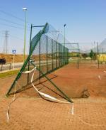 Mal suelo, peor redes pero inaceptable el estado del cerramiento en las pistas de la Avda. Principe de Asturias