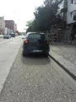 Ya es una imagen común ver esto a diario en el Bulevar, para un carril que tenemos los ciclistas siempre hay coches aparcados en el. cuando esta prohibido.