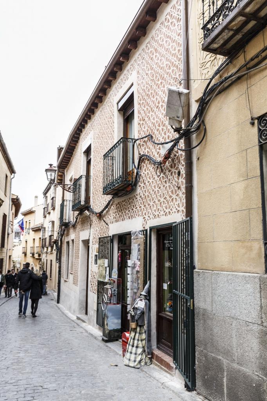 'Ruta turística' por las enredaderas de cables de las fachadas del casco histórico a la espera de soluciones