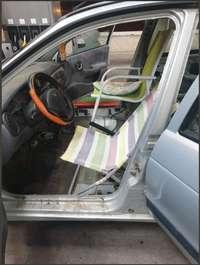 La Policía para un coche con sillas de playa por asiento