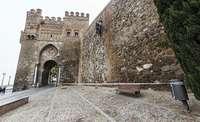 Se desprenden dos piedras de la muralla de la Puerta del Sol