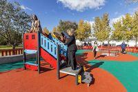 Tolón garantiza la seguridad del parque infantil de Azucaica