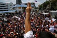Miles de personas marchan por Bangkok contra las autoridades