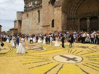 Las alfombras floreadas tiñen de color El Burgo de Osma