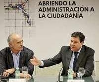 Carlos FernándezCarriedo (d), durante su intervención ayer en el foro.
