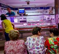 Un grupo de mujeres espera su turno para comprar en una carnicería.