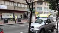 La Policía Local auxilia a un individuo en la vía pública