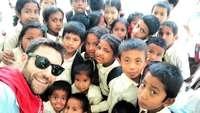 Daniel Romero se fotografía con los niños del orfanato nepalí de Chandeswory.