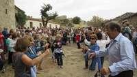 Bailando la jota a la puerta de la ermita de Rihondo