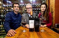 El enólogo Pedro Elena, Joan Juvé y su hija Meritxell, consejera delegada del grupo, con los vinos Pagos de Anguix y Herencia.