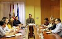 Carlos Fernández Carriedo y Ángel Ibáñez (c), durante la reunión mantenida ayer con los representantes sindicales.