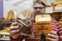 David de Andrés, con unos 'diablillos de Segovia', a la venta en su tienda.
