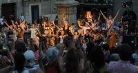Miles de personas salen a la calle en la Noche de Luna Llena