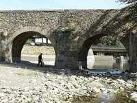 Un hombre camina junto a un río afectado por la sequía en León.