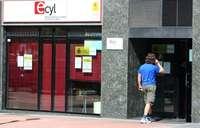 Una persona entra en una oficina del Ecyl en Ponferrada (León).