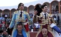Díaz y 'Toñete' salen en hombros