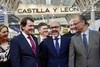 El presidente de la Junta de Castilla y León, Alfonso Fernández Mañueco, junto al consejero de Cultura Javier Ortega y el presidente de las Cortes Luis Fuentes en la visita a Intur.