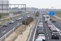 Las carreteras soportan tráfico intenso y retenciones