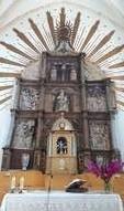 El retablo está dedicado a la Virgen de las Nieves.