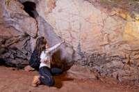 Dos jóvenes admiran las pinturas rupestres