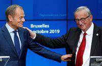 Los presidentes del Consejo Europeo, Donald Tusk (i), y de la Comisión Europea, Jean-Claude Juncker