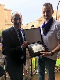 Carlos Villagrán (izquierda) posa con el alcalde, Juan José Maroto.