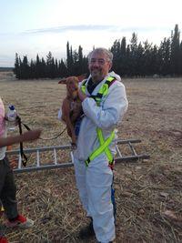 Rescatado un perro de un pozo de ocho metros sin vallar