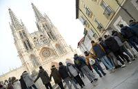 Un millar de escolares de Maristas abrazan a la Catedral