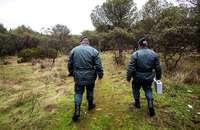 Agentes del Seprona en una patrulla por el campo.