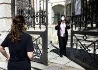 Una trabajadora del cívico de San Agustín charla con una usuaria que acudía a pedir información.