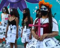Mujeres de colectivos feministas protestan en contra de la violencia contra la mujer el 1 de noviembre de 2020, en Ciudad de México (México)
