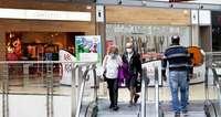 Actividad limitada de los bares y abren centros comerciales