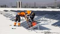 Imagen de archivo de instaladores de placas solares, actuación para la que se solicitarán varias ayudas.
