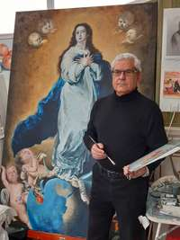 Jesús Gomariz posa con su pintura de la Inmaculada Concepción.