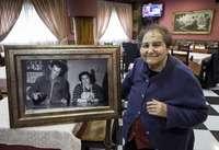 Concha, que hoy tiene 86 años, muestra una foto en la que aparece con su marido, Ricardo Ruiz.