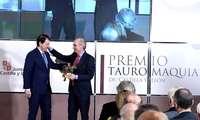 El presidente de la Junta, Alfonso Fernández Mañueco, entrega el Premio de Tauromaquia de Castilla y León 2019 a la Escuela de Tauromaquia de la Diputación de Salamanca, y recoge el premio el presidente de la institución, Javier Iglesias.