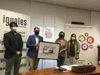 La alcaldesa de Aranda, Raquel González, y el delegado territorial de la ONCE, Ismael Pérez, han presentado hoy este cupón en un acto al que también han asistido el director de la ONCE en Burgos, Jesús Blanco, y la edil de Turismo, Olga Maderuelo.