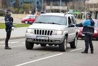 Dos policias realizan un control a un conductor durante el estado de alarma en León.