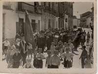 El Maestro Moisés Davia encabeza un pasacalles en Casas Ibáñez en 1950
