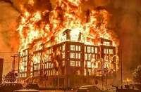La ira de los manifestantes por la muerte de Floyd llevó a incendiar la comisaría de Mineápolis.