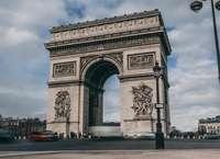 Evacúan el Arco del Triunfo en París por amenaza de bomba